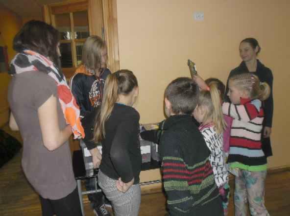 Zināšanu pārbaude atkritumu šķirošanā Galgauskas pamatskolā 3.11.2014 (I. Dzenes foto)
